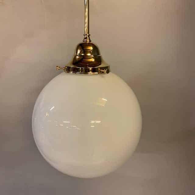Jan-Best-pendel-hanglamp-messing-met-glazen-bol-stang-mesiing-aalsmeer-nostalgische-verlichting-horeca-verlichting-klassieke-verlichting